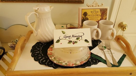 Toad Hall Manor Bed and Breakfast: Morning coffee and scone served before breakfast!