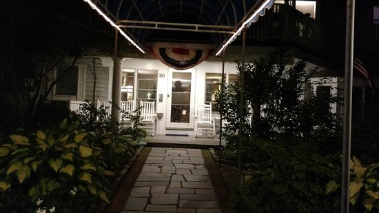 West Harwich, แมสซาชูเซตส์: View from the street- adorable porch with rockers