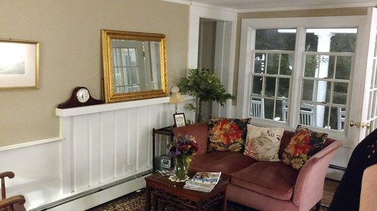 West Harwich, MA: Living room in the entrance- just like home. Comfortable for sitting a talking , planning your d