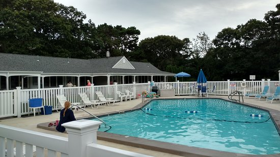 West Harwich, MA: Lovely pool- note the umbrella tables around the outside of the fenced area for having snacks/dr