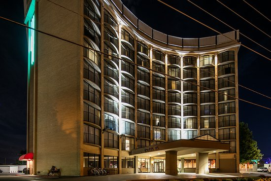 Hotel RL By Red Lion Salt Lake City: Hotel Exterior at Night