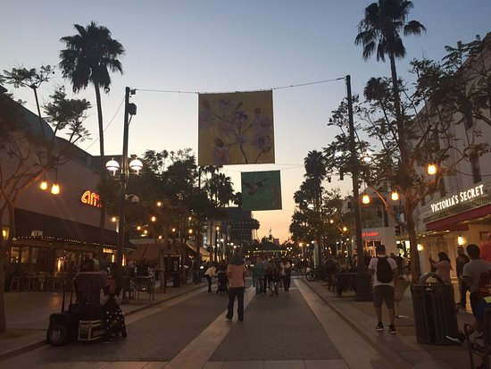 Third Street Promenade: Night Time.