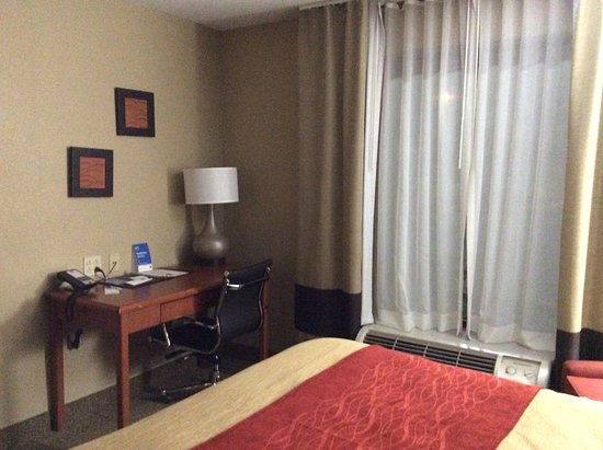 Pacific, MO: We paid half the price of this room in Rolla for a room with TWO comfy chairs, and a locking doo
