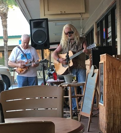 Hurricane Grill & Wings: Live music and fun musicians!