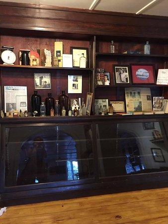 Old Saybrook, Коннектикут: Cabinets inside James Soda Fountain