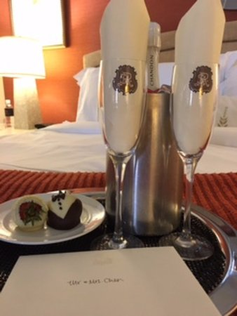 St. Regis Princeville Resort: Champagne sent to the newlyweds!