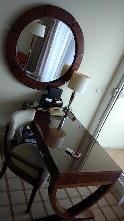 Fairmont Monte Carlo: Есть рабочий стол с видом на море и чаек.