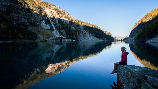 Lake Louise, Canada: Sitting on the edge of Lake Agnes