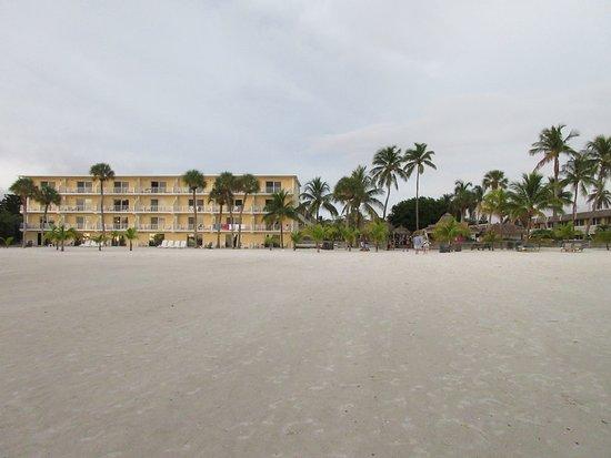 Das Outrigger Beach Resort vom Strand aus gesehen