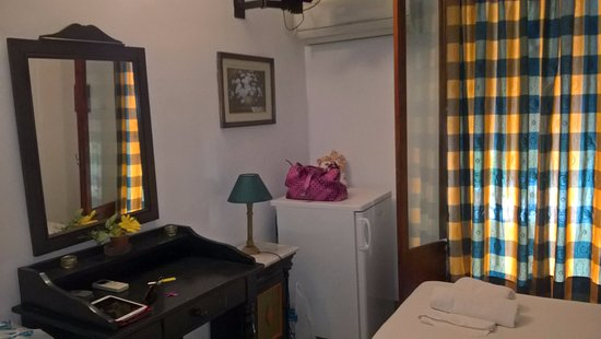 Yianna Hotel: Difficult even to walk in the room