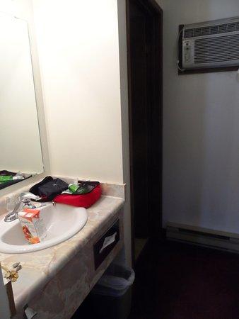Rondo Motel: nice seperate sink not in bathroom