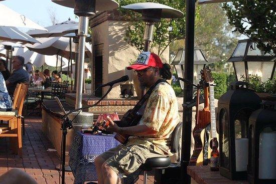 Rancho Bernardo Inn: Dining on the patio with live music