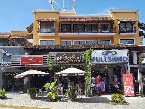 Ah Cacao Chocolate Café: Frente de uno de los locales.