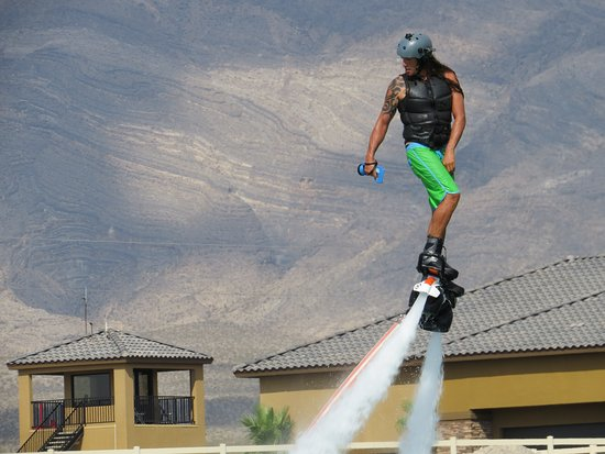 Spring Mountain Motor Resort and Country Club: Jet Pack - Emil was awesome! Could do the jet pack AND operate the jet ski by himself!