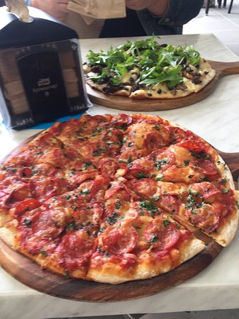 Mount Tamborine, Australia: Pepperoni pizza and Mushroom pizza. Recommended with the beer tasting.