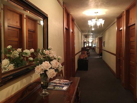 McCloud, كاليفورنيا: upstairs hallway