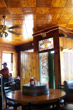 Grand Marais, MI : Rustic decor, good food, drink and a comfortable atmosphere.