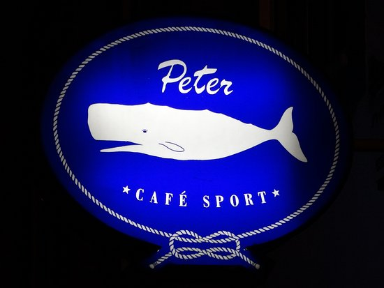 Peter Cafe & Scrimshaw Museum: La caratteristica insegna fuori al locale.