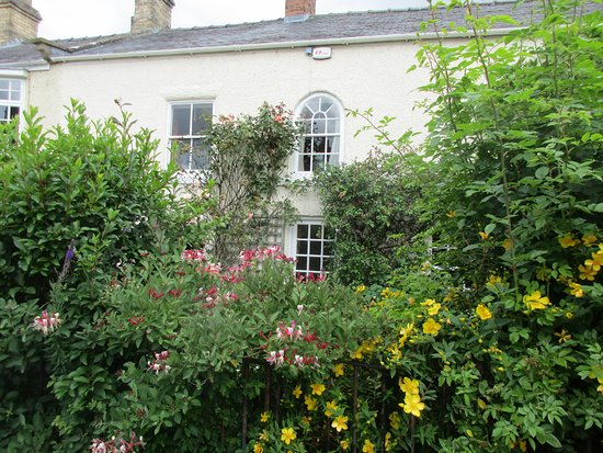 Mickley Bed and Breakfast: View of The Blue Room from the road