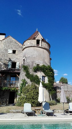 Calvignac, France: Blick vom Pool-Bereich auf das Haus