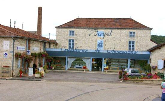 Bayel, France: l'Office du tourisme est à gauche sur la photo.