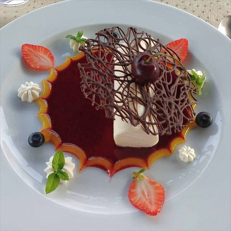 Saint-Seurin-de-Prats, France: Semi-fredo with spun chocolate on a fruit coulis.