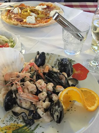 Kapasanta: Unser 2. Abendessen hier mit Pizza und Schwarzen Nudeln