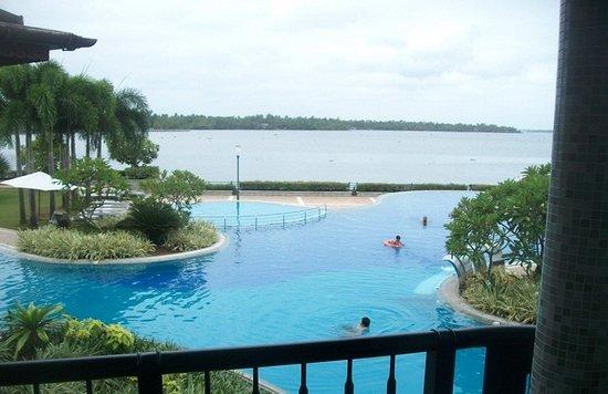 Ramada Resort Cochin: جلسة في الغرف المطلة على المسبح طاولة وكرسيين ممتعه