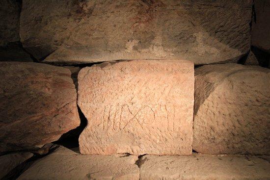 Museum Römischer Ehrenbogen: Blick auf die Fundamente des Ehrenbogen