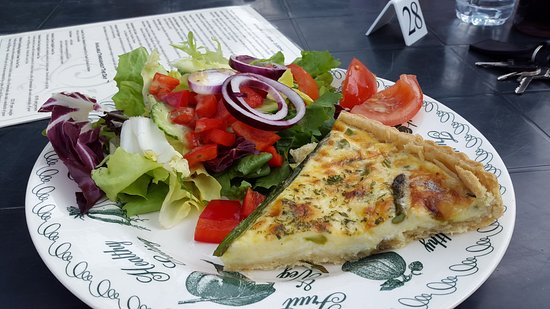 Tissington, UK: Asparagus and stilton quiche