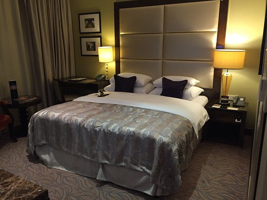 Hotel Kings Court: Quarto e banheiro