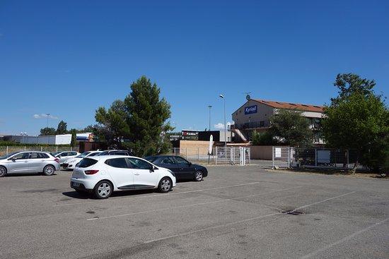 B&B Hotel Avignon 2: Parking et vue extérieure