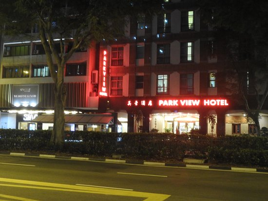 Park View Hotel: View of the hotel entry by night