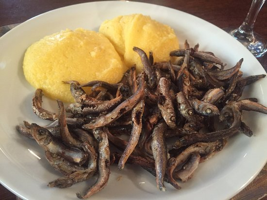 Nicoresti: Hamsii prajite cu mamaliguta (Fried anchovies with polenta)