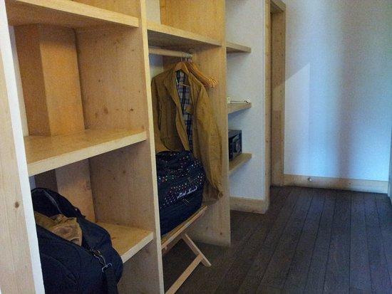 Relais & Chateaux Flocons de Sel: dressing de la chambre 6