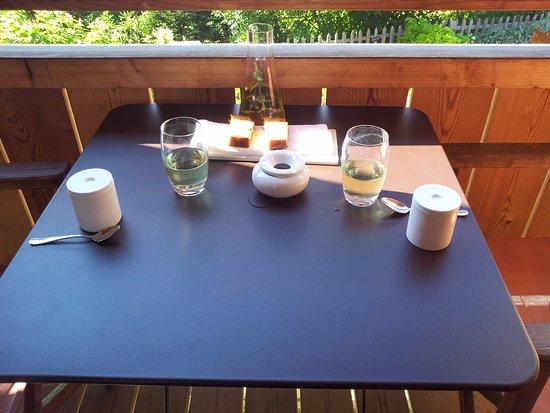 Relais & Chateaux Flocons de Sel: la collation d'accueil sur la terrasse de la chambre