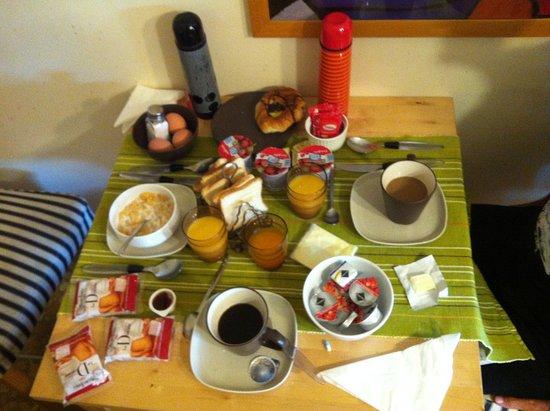 B&B Santa Croce: Voici le petit-déjeuner pour trois personnes auquel il manque deux viennoiseries !