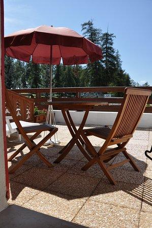 Le Chalet Suisse: Terrasse Hôtel Chalet Suisse en été