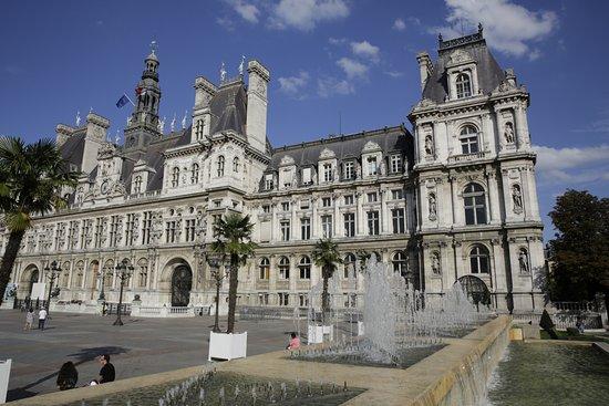 Paris h tel de ville fontaine picture of hotel de for Hotel de ville