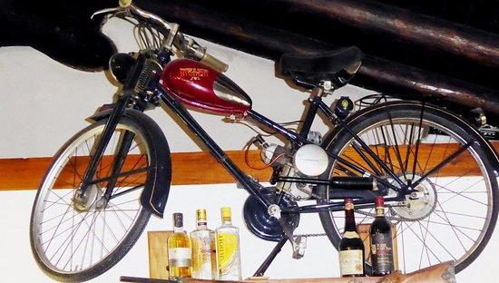 Cremeno, Italia: Appesa ad un muro c'è una storica bicicletta a motore Bianchi Aquilotto