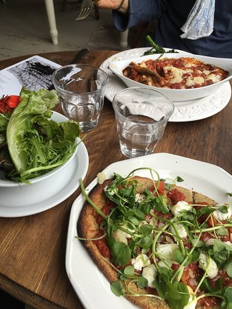 Castle Cary, UK: Delicious quinoa pizza and melanzane