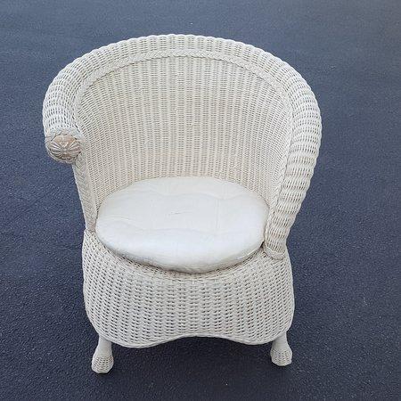 โอลด์เซย์บรูค, คอนเน็กติกัต: One of many wicker chairs and outdoor furniture