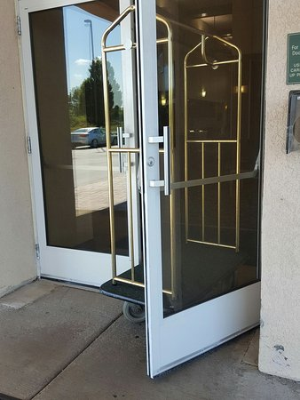Homewood Suites by Hilton Rochester / Henrietta: nothing to hold the door open, except cart