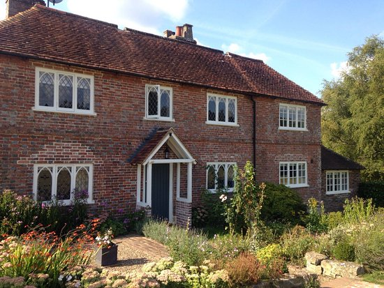 The Dorset Arms offers 6 immaculately finished en-suite bedrooms in this stunning cottage.