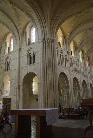 Lessay, Francia: interno della chiesa