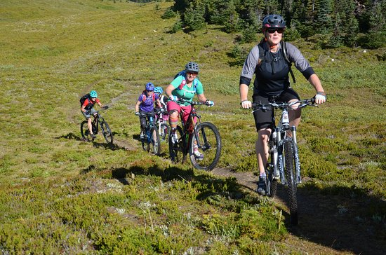 Purcell Mountain Lodge: Perfect day for biking at Purcell!