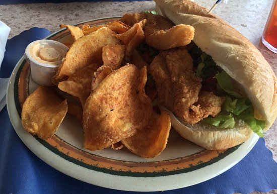 Howey in the Hills, ฟลอริด้า: PO BOY FISH SANDWICH AND HOMEMADE POTATO CHIPS