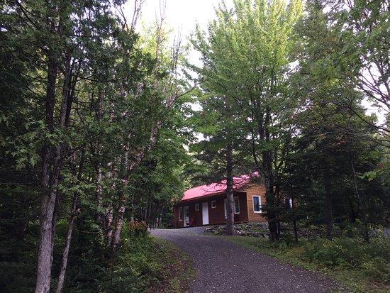 Notre Dame des Bois, Canadá: Auberge aux toits rouges. Un autre chalet avec deux unités.