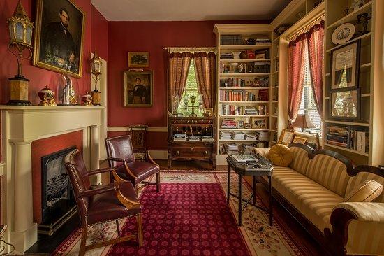 Historic Oak Hill Inn: Library