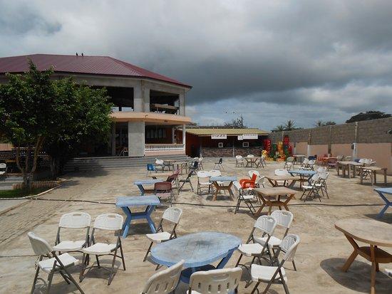 Winneba, Ghana: View of Run-Off restaurant from entrance